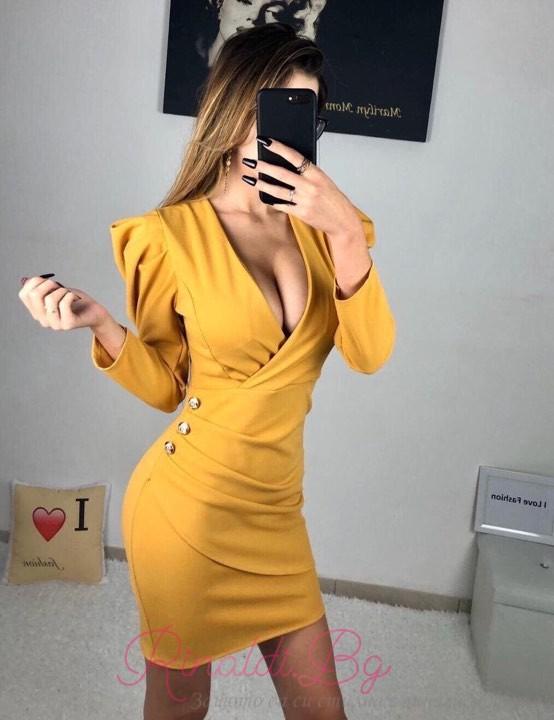 Дамска рокля с дълбоко деколте