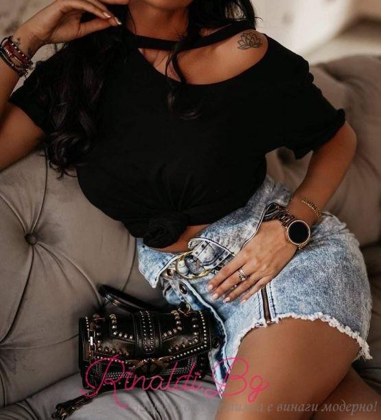Дамска блуза с къс ръкав и изрязан ефект